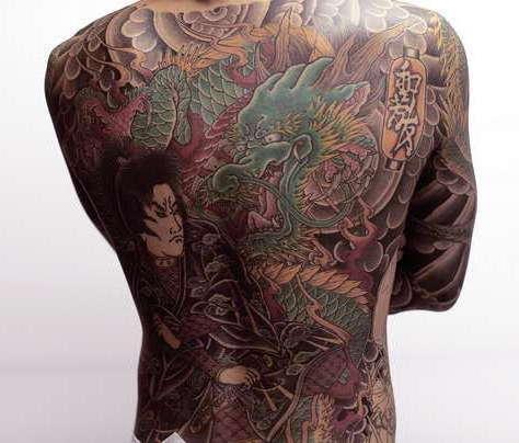 Японский стиль татуировки с якудзой и драконом
