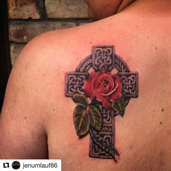 Кельтский крест с розой на лопатке