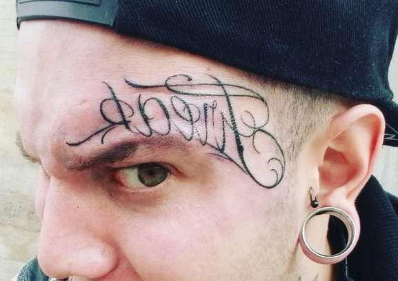 Надпись над бровью
