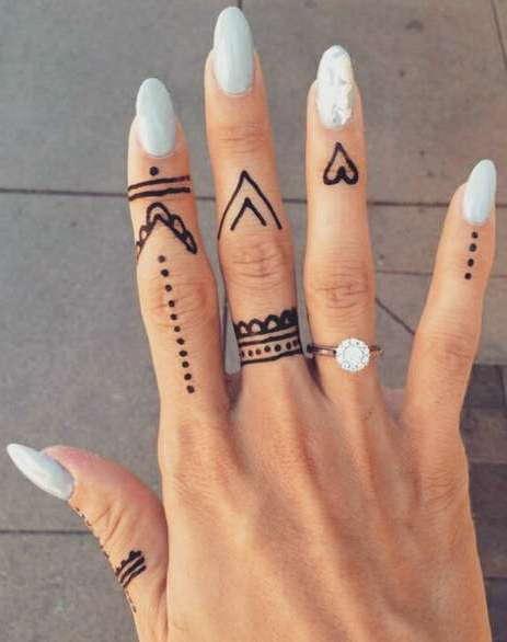 Татуировка на пальцах хной