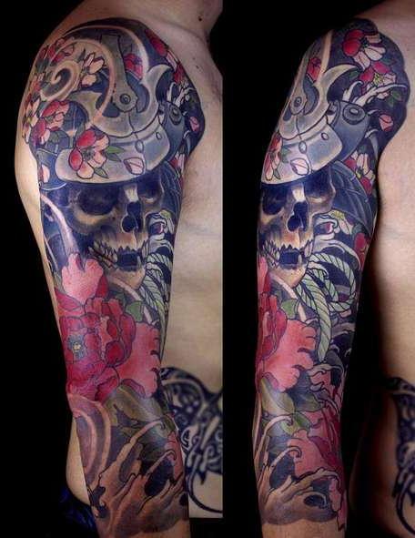Цветная татуировка с черепом и цветком