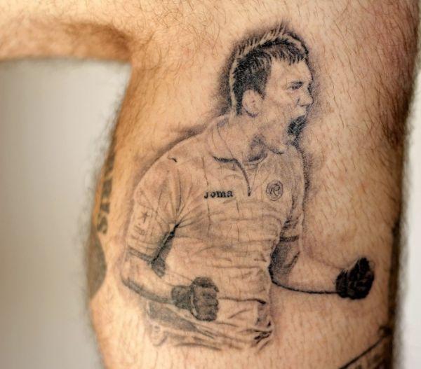 Типичная фанатская татуировка на ноге