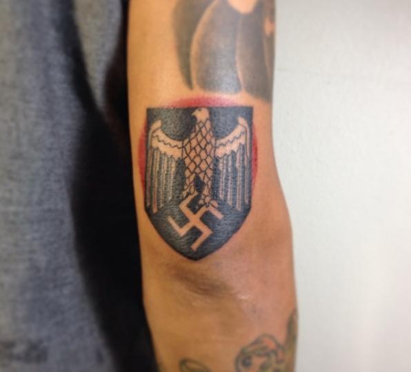 Нацистская татуировка на локте: свастика