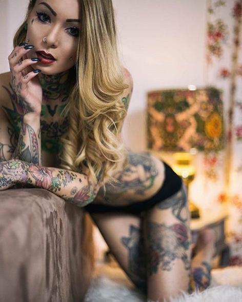 Девушка с татуировками - сексуальная фотография