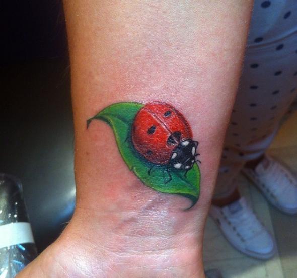 Божья коровка на листе: татуировка в цвете