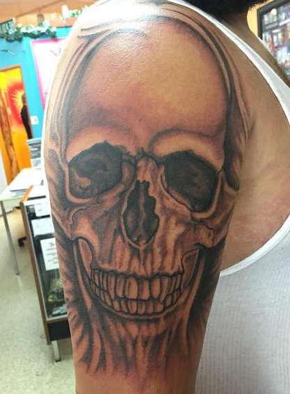 Большой череп с зубами на плече