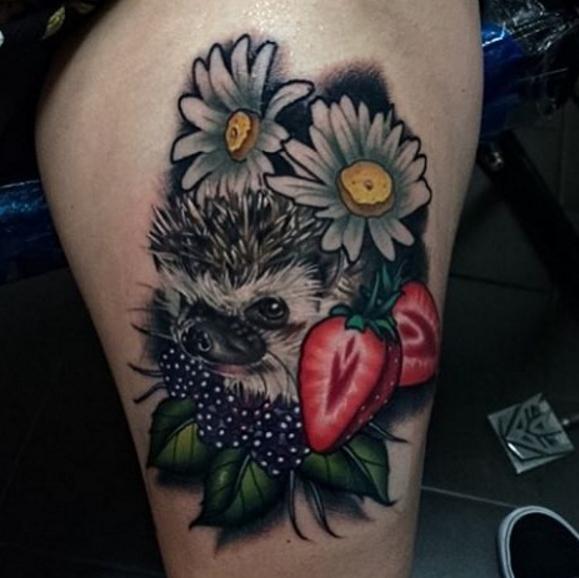 Ежик с клубникой и ромашками в виде татуировки