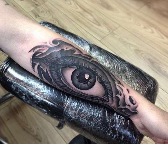 Большой глаз во всю руку