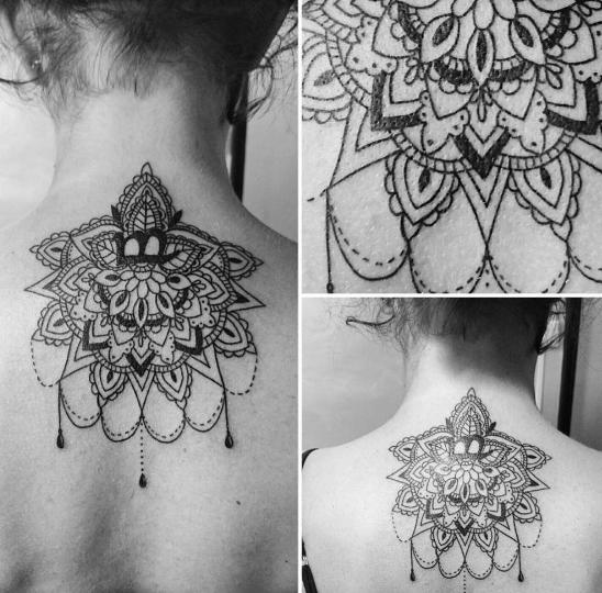 Стиль Барокко в татуировке с кружевами на спине девушки