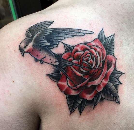 Роза с ласточкой на груди