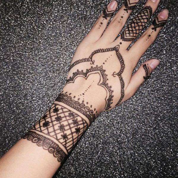Татуировка узора мехенди маркером на руке