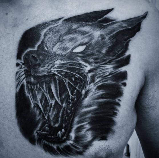 Татуировка оборотня на груди, оскал