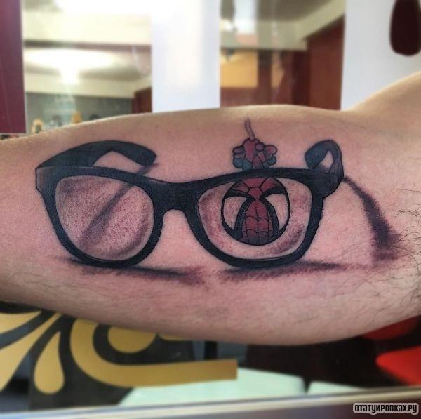 Татуировка очки