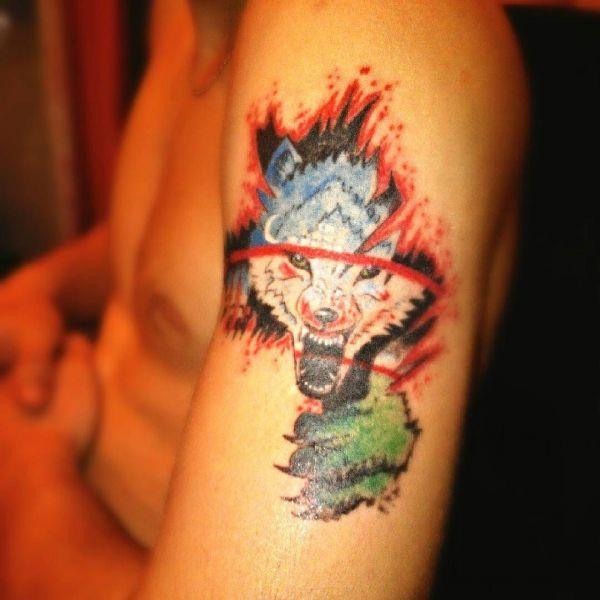 Цветной вариант оскал волка на плече