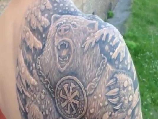 Медведь с цепью на шее - русская татуировка на плече