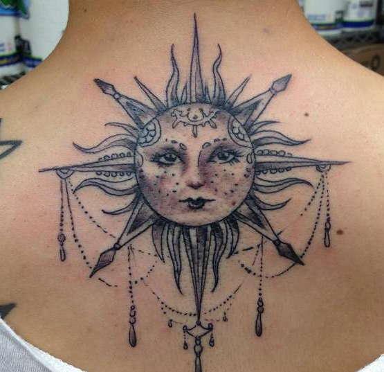Солнце с украшениями на спине