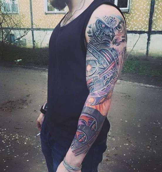 Татуировка совы на плече парня в цвете