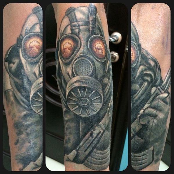Сталкер в противогазе - татуировка на плече