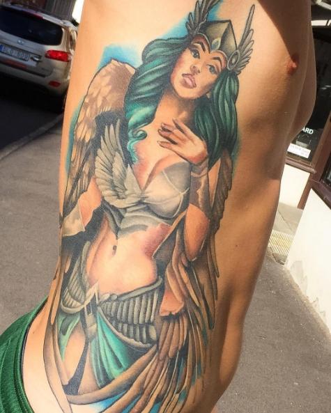 Валькирия с голубыми волосами - татуировка сбоку тела