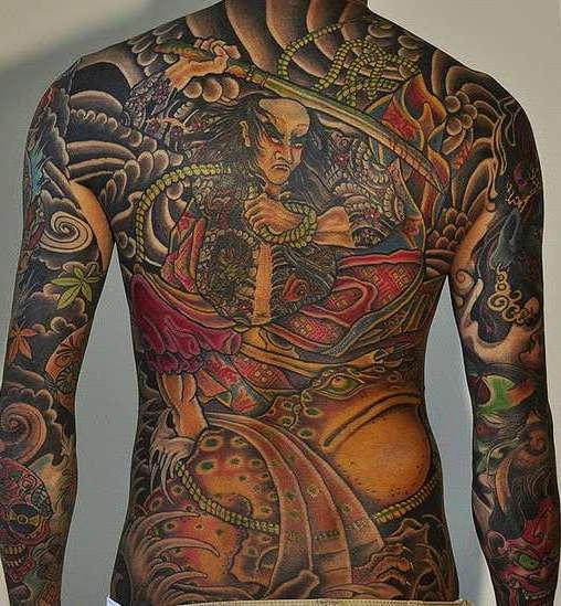 Японский якудза на спине