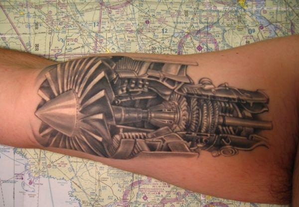 Татуировка в виде турбины от самолета на руке - тату ГРУ