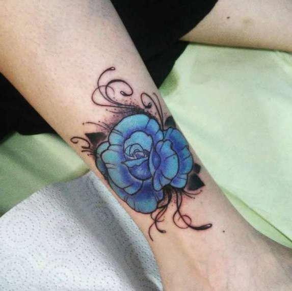 Цветок на ноге в голубом цвете
