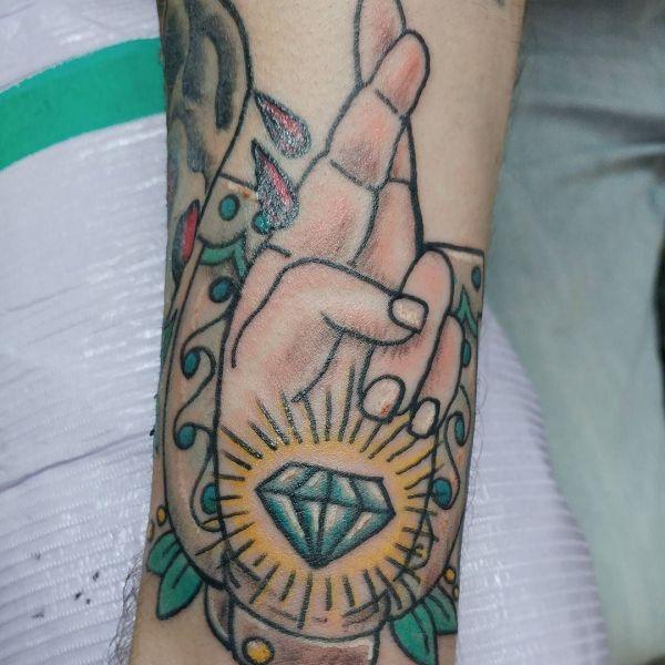 Татуировка удачи со скрещенными пальцами рук