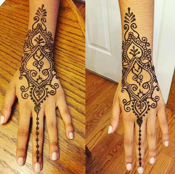 Временная татуировка хной на руках девушки