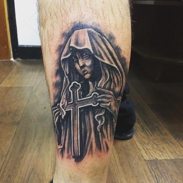 Христианская татуировка монашки с крестом в руках