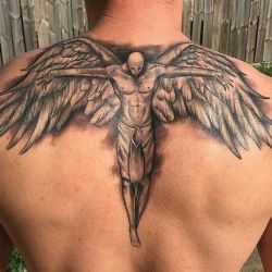 Типичный красивый ангел во всю спину