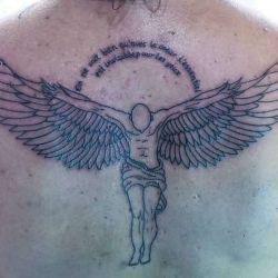 Ангел с надписью на спине