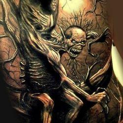 Демон с крыльями на фоне дерева