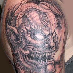 Демон на плече с острыми зубами