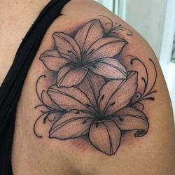 татуировка лилия фотография