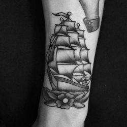 Татуировка корабль - история происхождения, значение, эскизы, фото