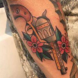 Татуировка пистолет и ее эскизы, фотографии, значение