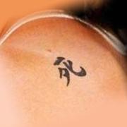 Какие татуировки носит на себе Анджелина Джоли и что они значат?