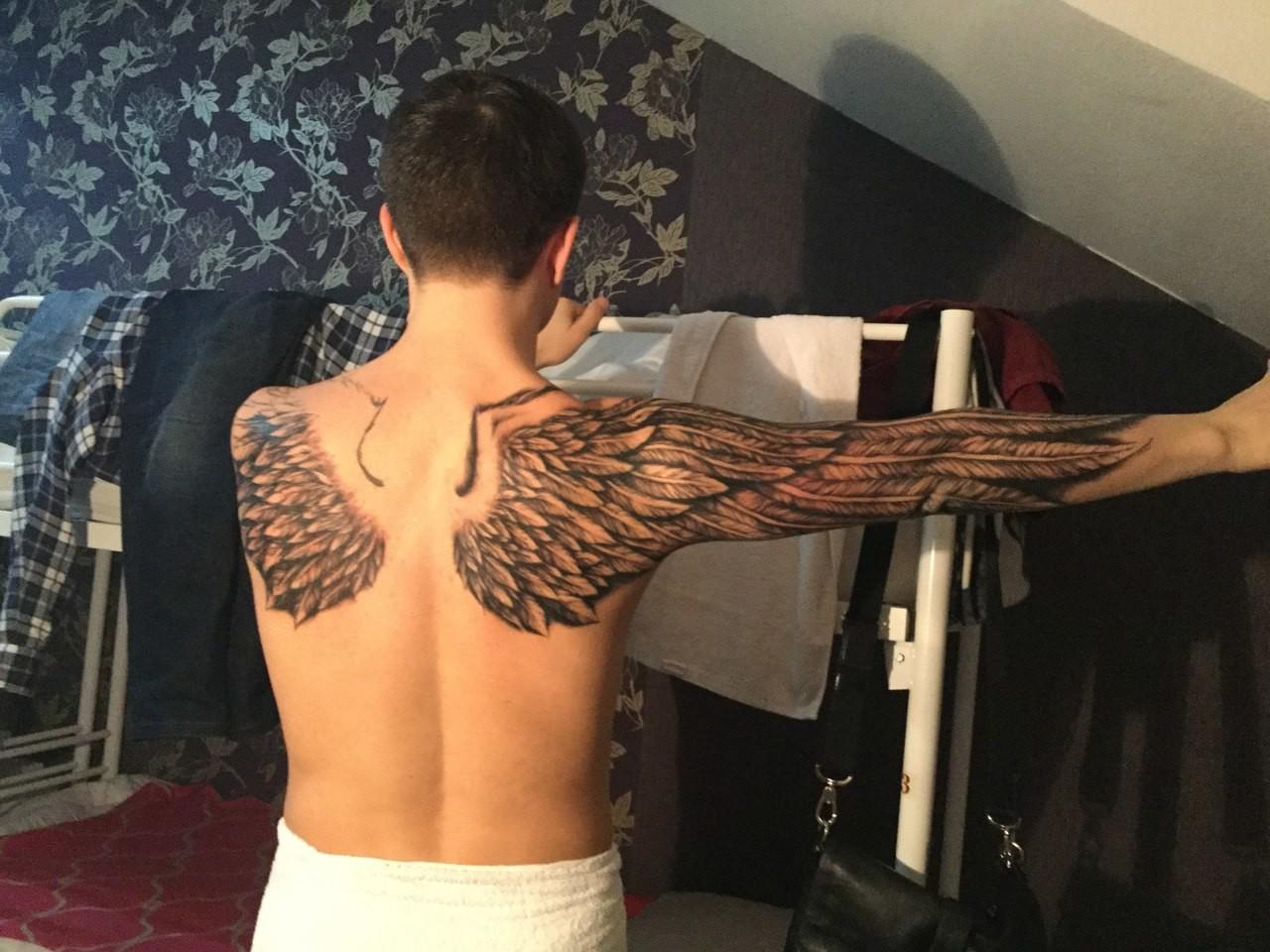 Фото тату крыльев на спине у мужчин