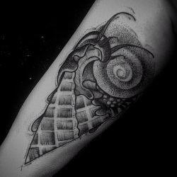 Две девушки с татуировками фото