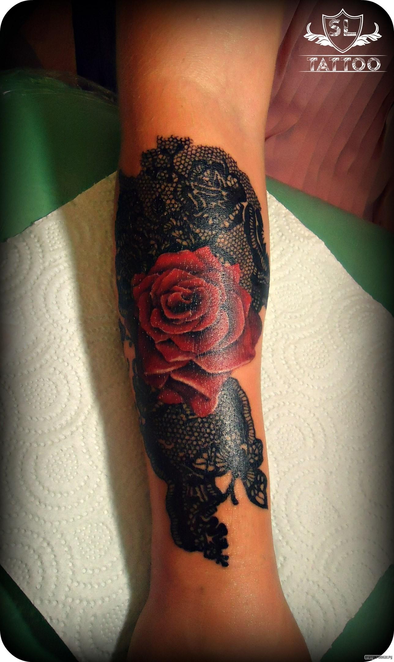 Фотография татуировки под названием «Роза и черный узор кружева»