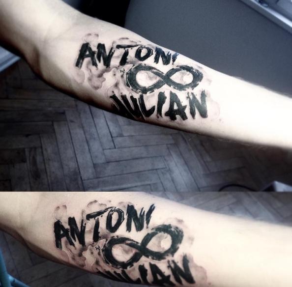 Tatuaje en el Antebrazo con símbolo de infinito e inscripciones