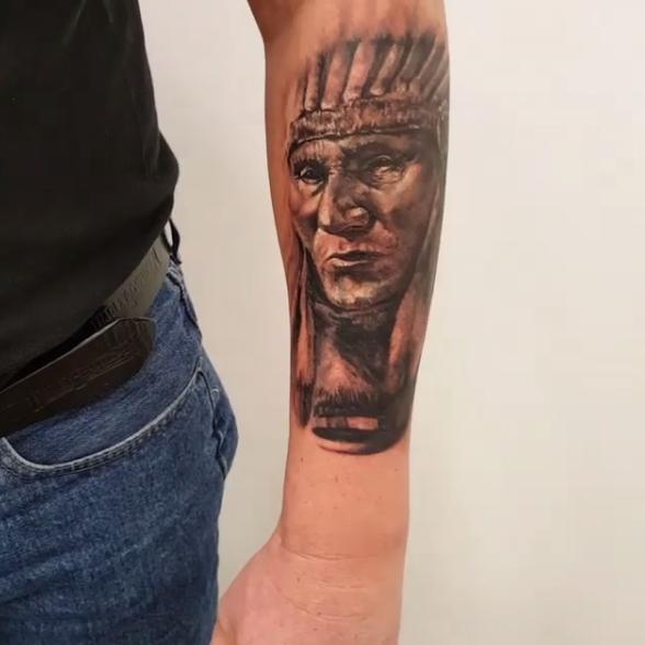 Tatuaje en el Antebrazo de Indio Hombre